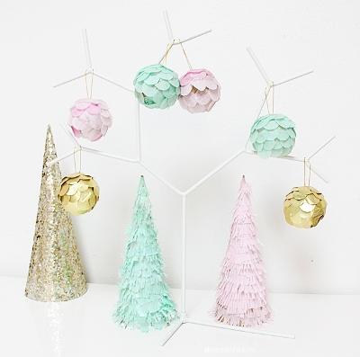 Елочки и шарики, декорированные гофрированной бумагой