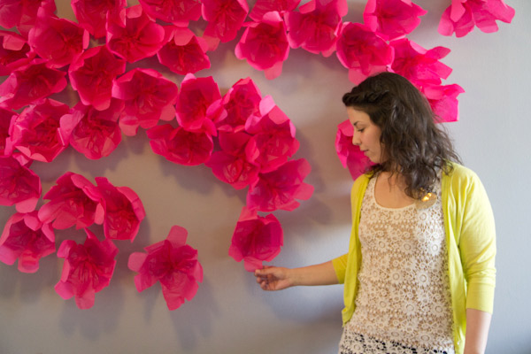 Декор стен бумажными цветами