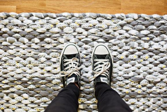 Плетеный коврик из ткани
