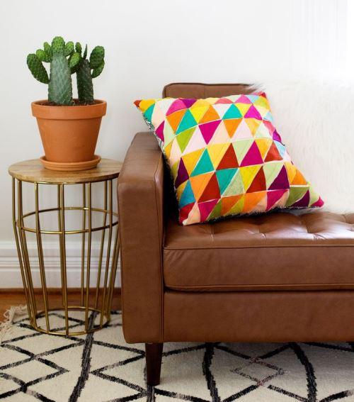 Диванная подушка, украшенная кусочками фетра