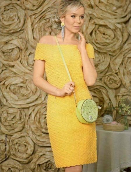 Платье со спущенными плечами вязаное крючком