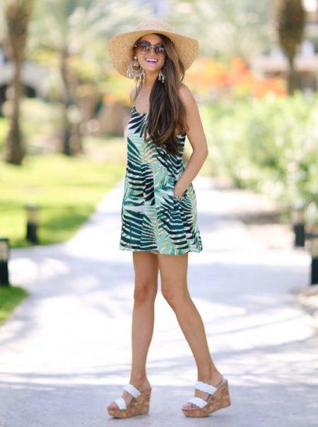 Одежда с модным тропическим принтом