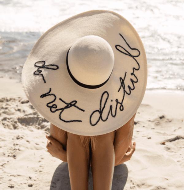 Тренд: надписи на соломенных шляпках