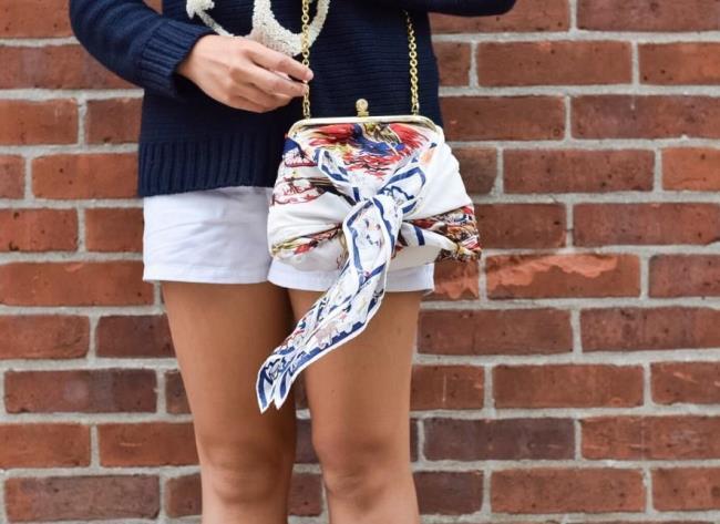 Как обновить маленькую сумочку при помощи платка