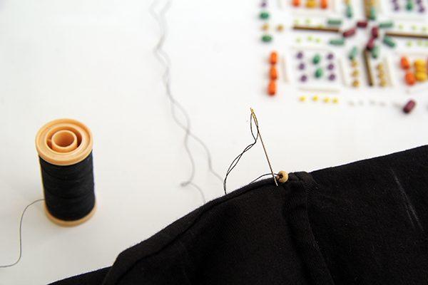 Как украсить футболку вышивкой бусинами