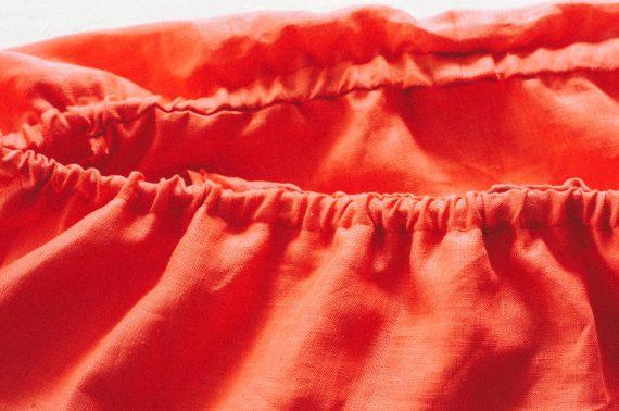 Как сшить приталенное платье с воланом на плечах