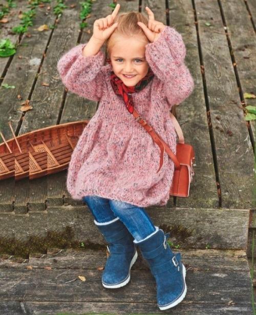 Объемное вязаное платье для девочки