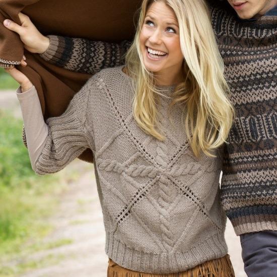 Вязаный пуловер с необычным узором по центру и укороченным рукавами