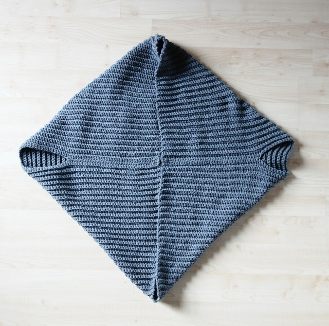 Вязать просто: кардиган-накидка из квадрата