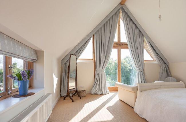 Как устроить спальню на мансарде