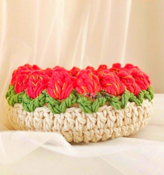 Вязаная корзинка с каймой «тюльпаны» крючком