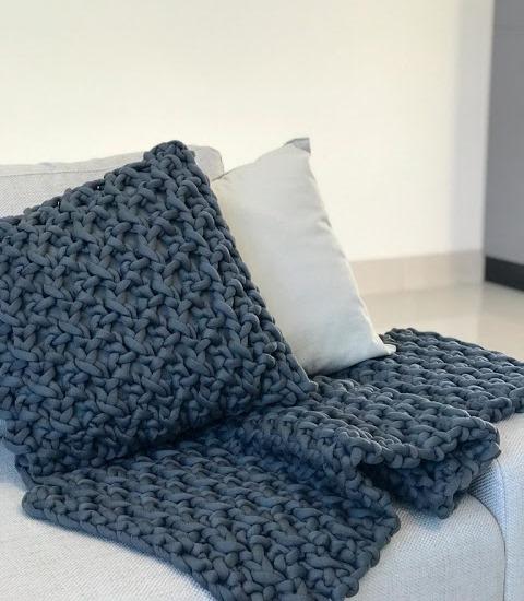 Подушка из толстой пряжи