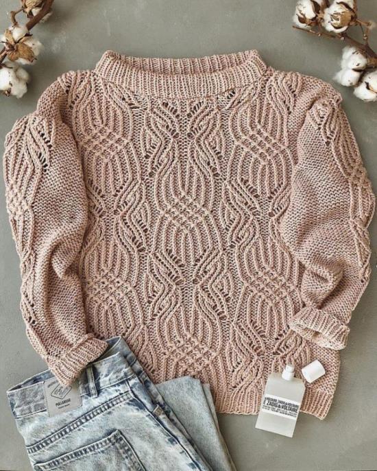 Стильный свитер ажурным узором