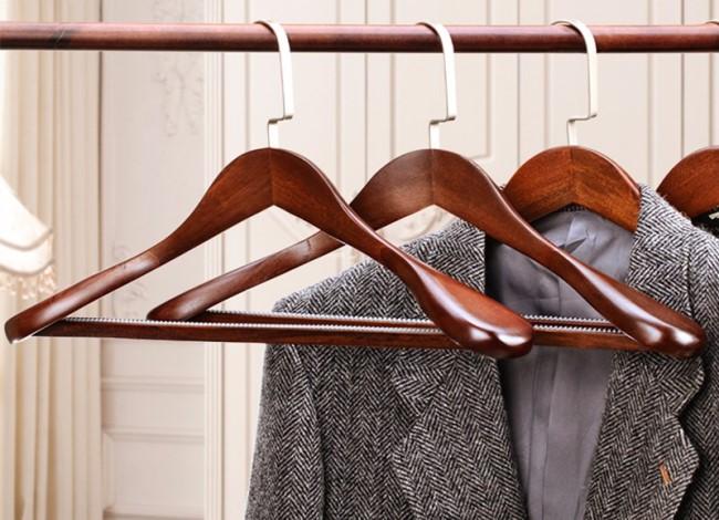 Выбор вешалки для мужского костюма